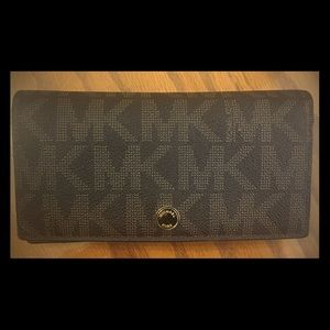 MICHAEL KORS SIGNATURE CARD CASE IN BROWN
